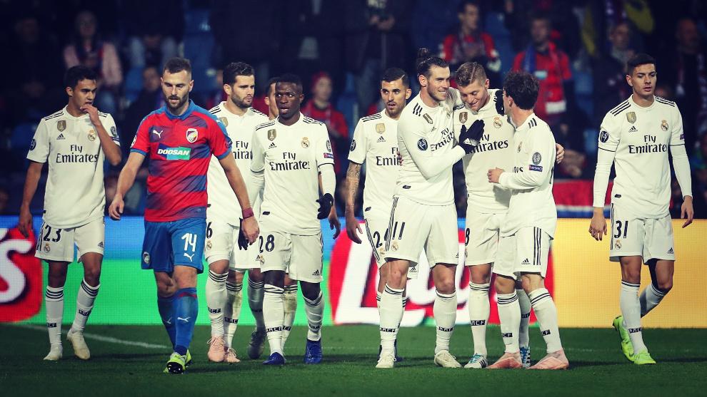 Los jugadores del Real Madrid celebran uno de los goles conseguidos...