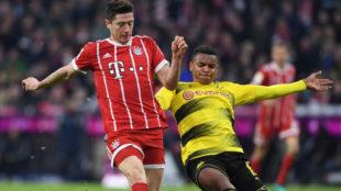 Robert Lewandowski y Manuel Akanji pelean un balón durante el...