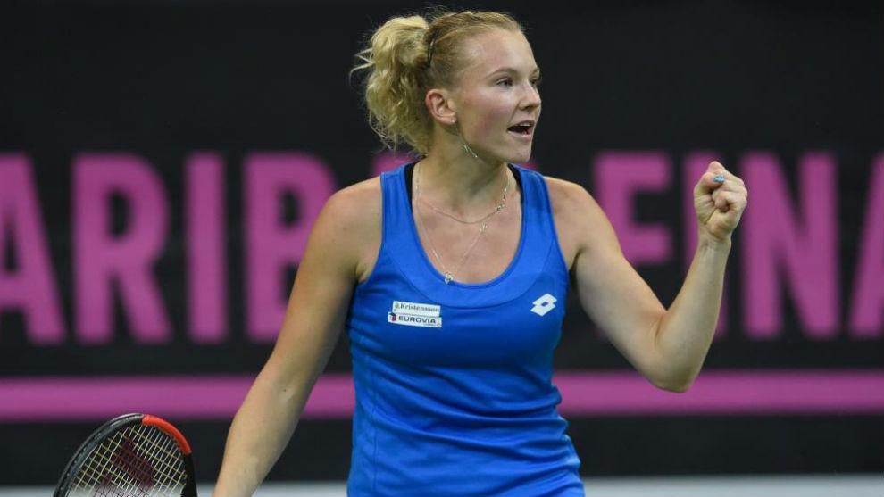 Siniakova levanta el puño
