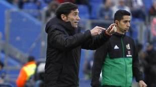 Marcelino da una indicación durante el partido.