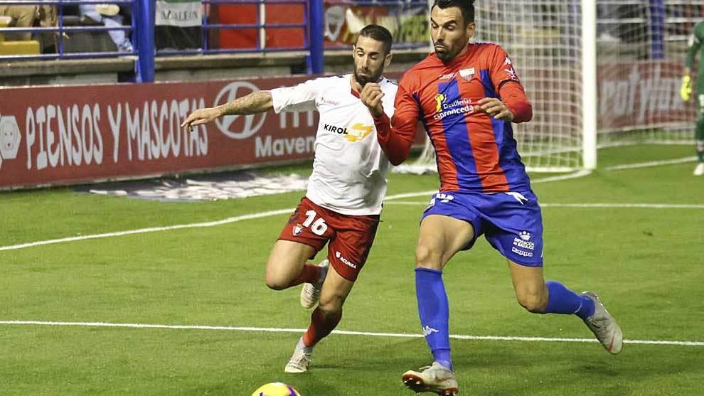 Lillo y Enric Gallego disputan un balón en el Francisco de la Hera