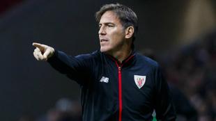 Berizzo da indicaciones a sus futbolistas durante el partido del...