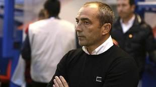 Juan Sabas, cruzado de brazos durante el partido ante Osasuna