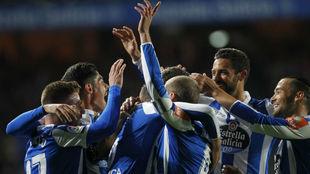 Los jugadores del Deportivo abrazan a Domingos Duarte tras marcar su...