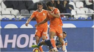Alanís, de espaldas, en una acción ante el Deportivo.