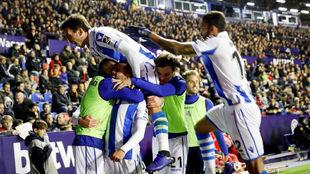Los jugadores de la Real celebran el segundo gol ante el Levante