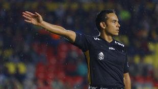Roberto Ríos en un partido de la Liga MX.