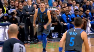 Luka Doncic corre a defender tras anotar ante los Thunder