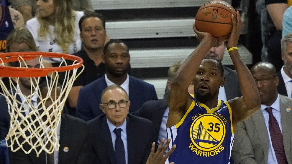 Kevin Durant lanza a canasta ante un defensor