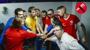 Jugadores y entrenadora de Adisli, en el vestuario antes de un...