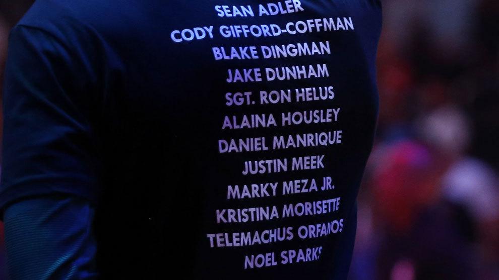 Detalle de una de las camisetas de los Bucks con los nombres de las...