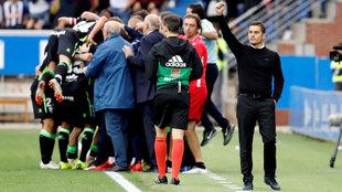 Francisco levanta el puño mientras su jugadores celebran el tanto de...