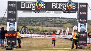 Jacob Kiplimo cruza la línea de meta.