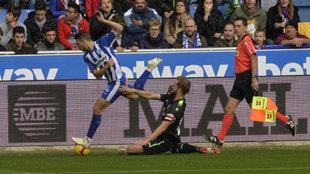 Pulido intercepta un balón conducido por Jony.