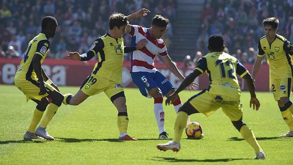 Martínez, rodeado por jugadores del Numancia en una acción del...