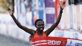 La keniana Ruth Chepngetich cruza la línea de meta.