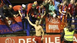 Unai García celebra con los aficionados rojillos desplazados hasta...