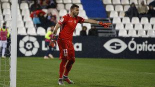 Dimitrievski defendiendo la portería del Rayo en el partido de Copa...