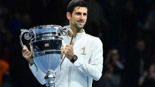 Djokovic, con el trofeo de número uno del año