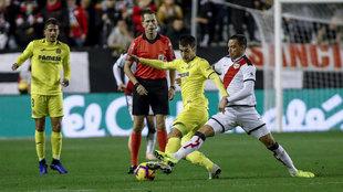 Manu Trigueros y Raúl de Tomás disputan un balón durante el...