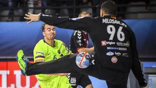 El extremo azulgrana Mortensen bate al portero del Vardar.