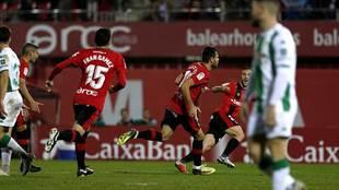 Álex López celebra el primer gol del Mallorca en Son Moix