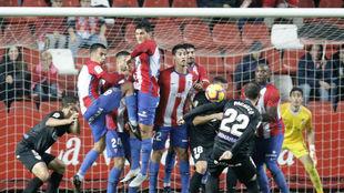 Pacheco tira una falta durante el partido de ayer