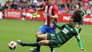 Cucurella, cortando un balón en el partido de Copa ante el Sporting