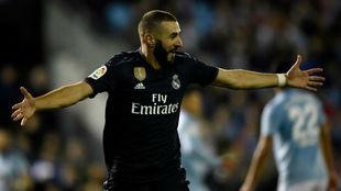 Benzema celebra uno de sus goles en Vigo