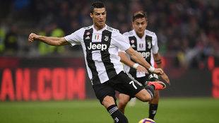 Cristiano Ronaldo disparando a puerta en el duelo contra el Milan