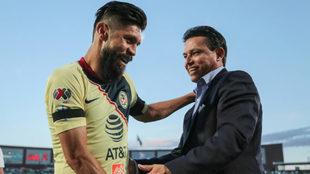 Salvador Reyes saludó a Oribe durante el enfrentamiento ante...