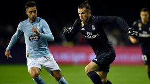 Brais Méndez intenta contar un avance de Gareth Bale.