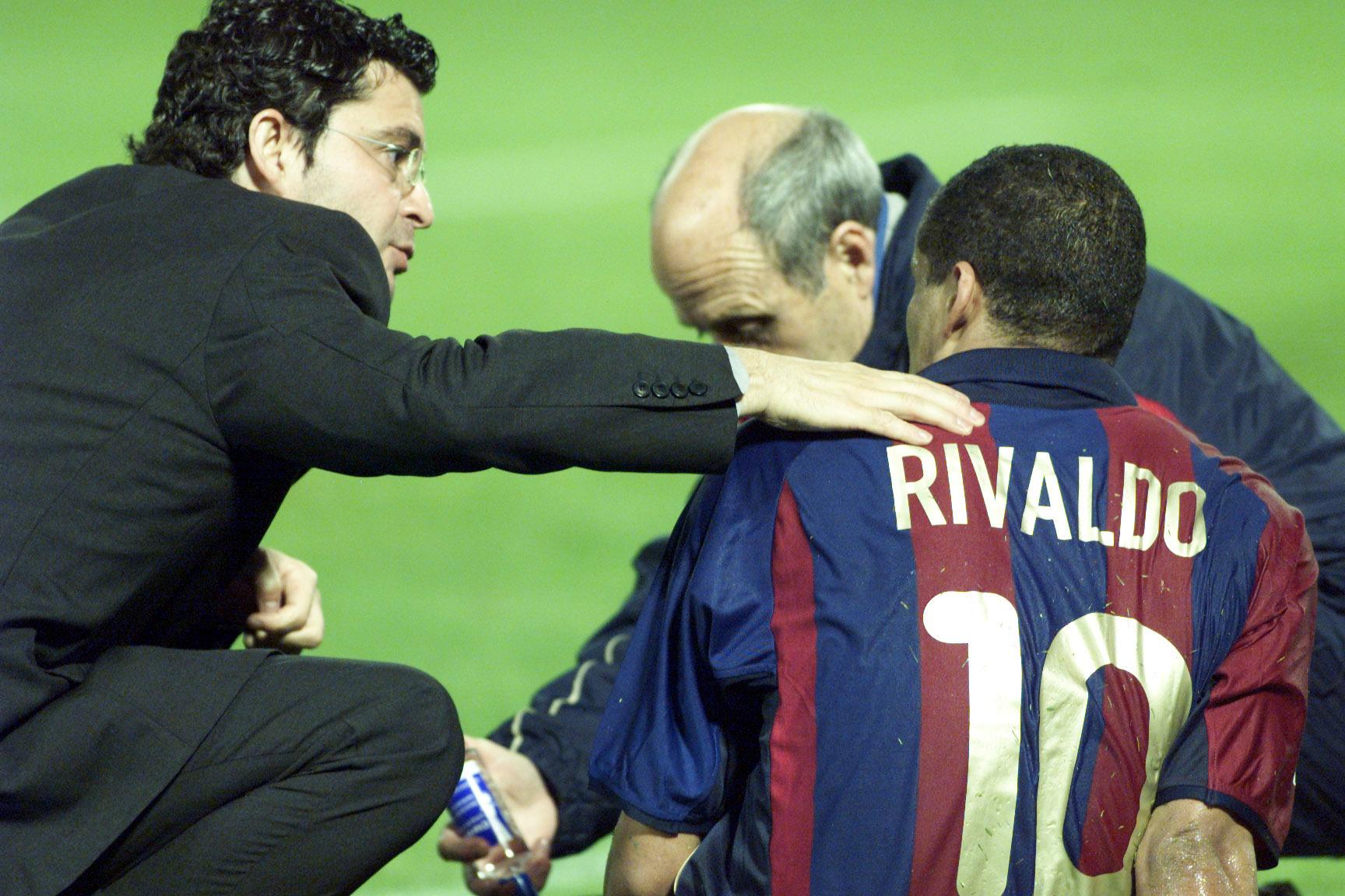 El Doctor Pruna atiende a Rivaldo tras su lesión en Balaídos