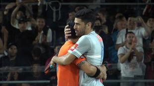 Maxi y Sanyo se abrazan tras lograr el título del Buenos Aires Pádel...