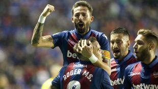 Morales celebra un gol levantado por Roger.