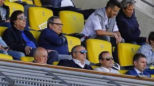 Miguel Ramírez, con gafas de sol en primer término, en el palco del...