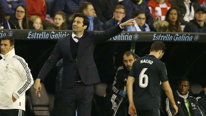 Solari, gives instructions to his Real Madrid team in Balaídos.
