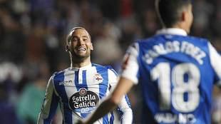 Quique González celebra uno de sus dos goles al Oviedo con Carlos...