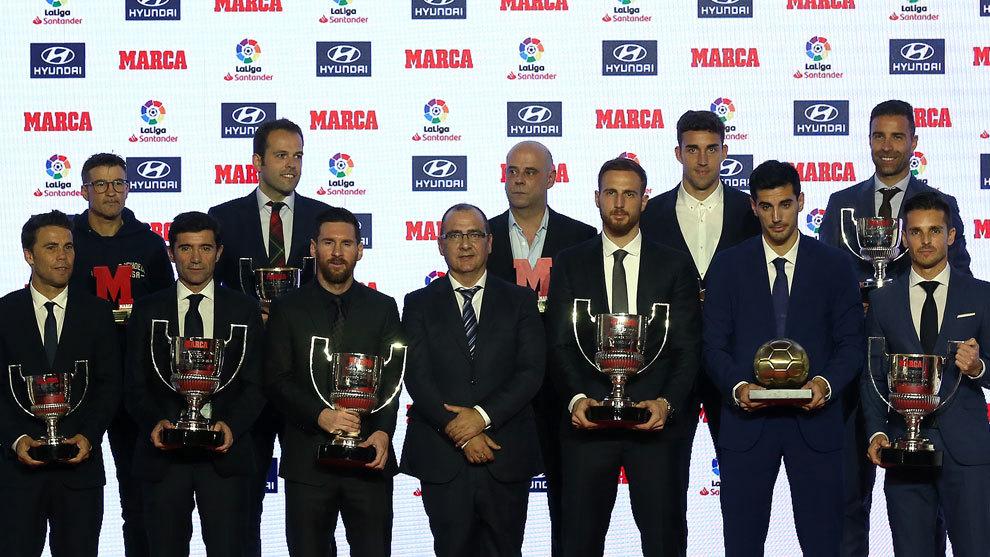 Todos los galardonados en la gala posan con Juan Ignacio Gallardo