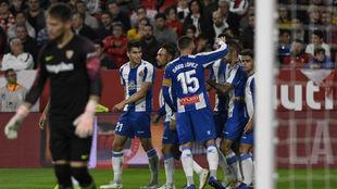 Los jugadores del Espanyol celebran el gol contra el Sevilla.