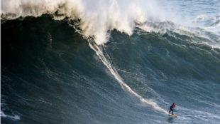Un surfista, en competición