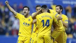 Los jugadores del Alcorcón celebran su última victoria en Santo...