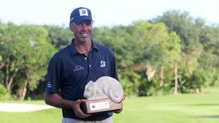 Matt Kuchar luce su trofeo de ganador del Mayakoba.