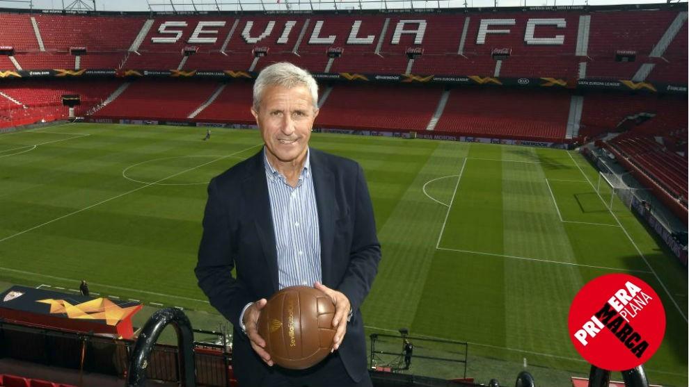 Pablo Blanco posa en el Sánchez Pizjuán con un balón de época.