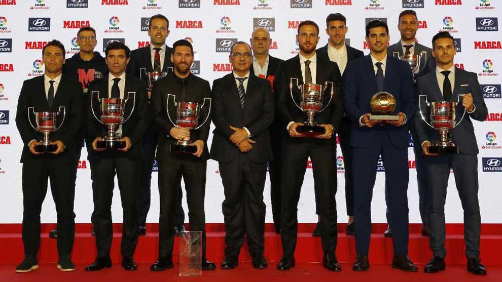 Los ganadores de la gala posan ayer en Barcelona junto al director de...