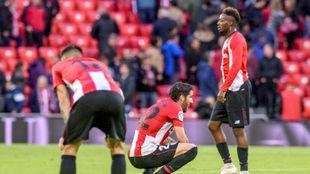 Los jugadores del Athletic, abatidos al final de un partido de esta...