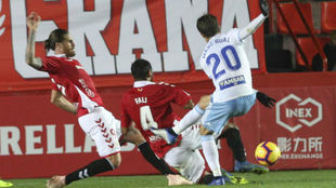 Albentosa y Fali intentan que Marc Gual no avance con el balón
