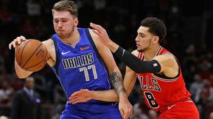 Luka Doncic recibe la presión defensiva de Zach LaVine