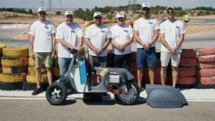 El equipo de Vespark, con su creacción, en el circuito de Zuera.
