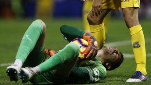 Dani Jiménez, con el balón tras lesionarse sobre el césped del...